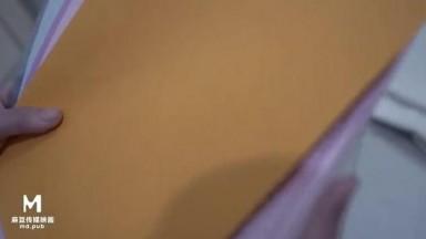 国产新作-麻豆传媒三十天性爱企划之麻豆神秘女郎性爱游戏 百宝箱挑选两个玩具达到高潮